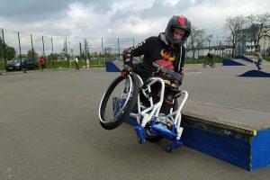 Петербуржцу сделали первую в России коляску для экстремального вождения. Он рассказывает, что это за спорт и как его популяризировать среди людей с инвалидностью