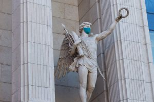 Смольный в три раза увеличил число проверок соблюдения масочного режима и санитарных норм