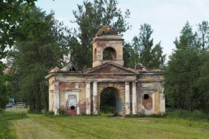 В Петербурге незаконно демонтировали часть Александровских ворот, которые отдавали в аренду за 6 тысяч рублей
