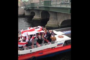 В Петербурге прошла акция солидарности с протестующими в Беларуси. Ее участники проехали по рекам и каналам с бело-красно-белыми флагами
