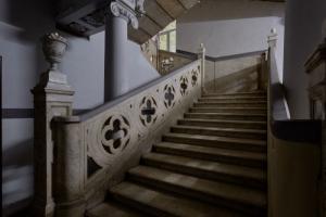 Петербурженка работает курьером и фотографирует парадные, в которые попадает. Посмотрите снимки с шикарными лестницами и витражами в ее канале