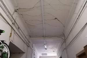 Петербургские активисты рассказали о старинном доме на Очаковской со сквозными трещинами и лифтом, который не работает уже 15 лет