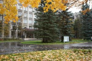 В петербургском онкоцентре имени Петрова приостановили госпитализацию в три отделения. Коронавирусом заболели пациенты и персонал