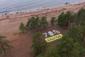 Активисты создали инсталляцию из пластикового мусора на берегу Финского залива, чтобы обратить внимание на экологические проблемы