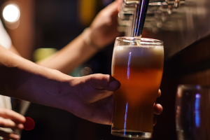 В Петербурге предложили запретить выдачу двух «алкогольных» лицензий на одно помещение. Это запретит магазинам ночью продавать спиртное в розлив