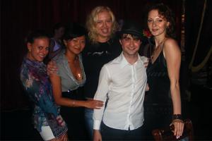 Вы знали, что десять лет назад Дэниел Рэдклифф отпраздновал совершеннолетие в Петербурге? Даже если да — пересмотрите эти золотые снимки 🧙🍺