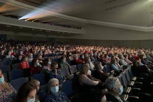 Петербургский муниципалитет в разгар пандемии провел концерты к 75-летию Победы. На них пригласили пожилых горожан