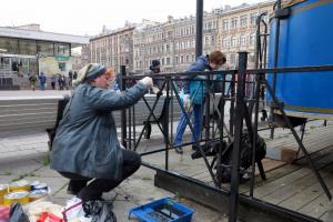 Петербуржцы очистили от мусора и отмыли от граффити бесхозный памятник конке у «Василеостровской», на состояние которого жаловались