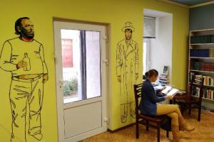 На Петроградской стороне открылся книжный магазин «Фактотум». На его стене нарисован Чарльз Буковски