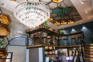 Во дворах Лиговского проспекта работает кофейня-студия «Оптимист». Там есть люстра, сделанная из винных бокалов