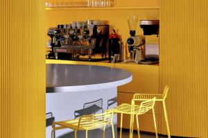 На Рубинштейна открыли флагманский магазин Avgvst — его объединили с кофейней. Планов по запуску других торговых точек в Петербурге пока нет