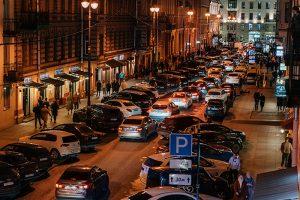 На ночь улица Рубинштейна должна была стать пешеходной — но этого не произошло. Посмотрите, как мимо ограничительных знаков проезжают десятки машин