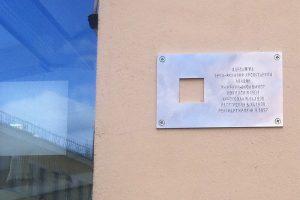 С «довлатовского дома» сняли таблички с именами жертв репрессий — из-за жалоб жильцов. Что об этом говорят депутаты, журналисты и местные жители