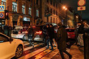 Рубинштейна должна была стать пешеходной по ночам в выходные, но машины продолжили там ездить. Что об этом думают местные жители, депутаты и рестораторы