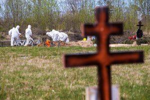Сколько людей умерло из-за коронавируса в Петербурге и почему не все попадают в статистику? Подробный разбор «Бумаги»