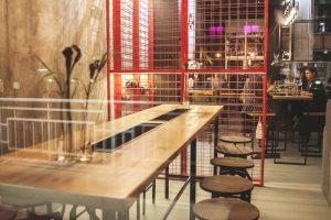 На Приморском проспекте открыли бар и винотеку Vinch. К вину подают закуски и римскую пиццу
