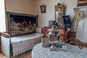 Жительница Ленобласти спасла от сноса старинный финский дом — она перевезла его на свой участок и открыла там музей