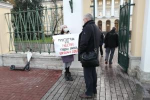 Жители дома Бака и активисты вышли на пикеты к Смольному. Они требуют закрыть работающий в здании бордель