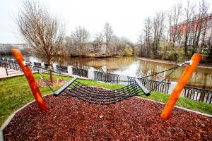 На набережной реки Охты открылись два новых общественных пространства. Там есть гамаки, скейт-парк и амфитеатр с видом на воду