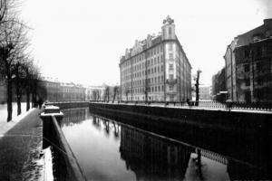Как в 1920-е годы выглядел канал Грибоедова, тогда Екатерининский? Вот фотографии Свято-Исидоровской церкви и Банковского переулка без арки