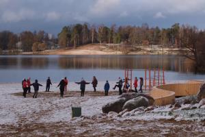 У Суздальских озер создают общественное пространство. Там появились качели, пешеходные зоны и кабинки для переодевания
