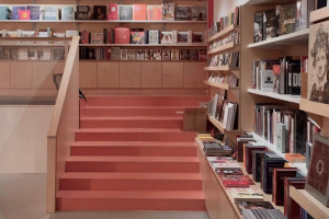 На набережной Мойки открылся магазин «Мост» с книгами об искусстве. На втором этаже будут проходить выставки и лекции
