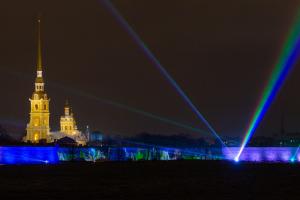 Празднование Нового года в Петербурге пройдет онлайн, но город на этом практически не сэкономит, рассказали власти
