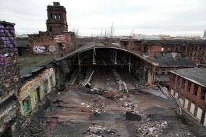 В Петербурге обвалилась крыша одного из корпусов «Красного треугольника». Ранее мародеры срезали поддерживающие металлоконструкции, сообщают активисты