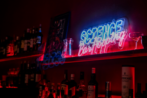 Смотрите Science Bar Hopping Online — ученые рассказывают Ирине Шихман о проблемах климата в России и вакцине против COVID-19