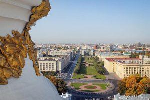 В одном из богатейших муниципалитетов Петербурга больше года идет борьба за власть: всё это время там нет главы, бюджет не подписан, а оппозиционеры обвиняют друг друга в сговоре с «Единой Россией». Что происходит в «Смольнинском»