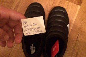Петербуржец рассказал, что нашел в обуви The North Face записку с просьбой о помощи от уйгура из китайской тюрьмы. Компания начала расследование