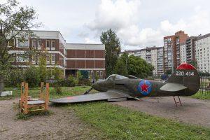 Педагог установил во дворе петербургской школы самолет со съемок Бекмамбетова. Он рассказывает, как нашел модель и зачем она школьникам