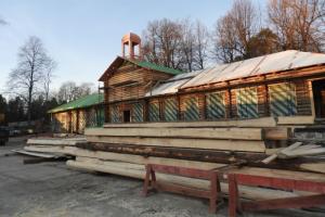 В выборгском парке Монрепо завершили сборку сруба Библиотечного флигеля. Через полгода специалисты приступят к заключительному этапу реставрации здания