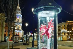 В рекламных тумбах на Невском установили работы петербургских скульпторов. Это выставка «Сквозь проспект»