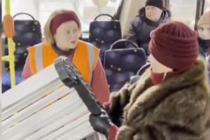В соцсетях стало вирусным видео с женщиной, которая хочет провезти скамейку в петербургском троллейбусе. Оказалось, это съемки сериала с Лолитой
