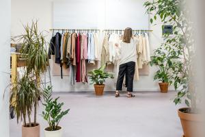 Как покупать меньше одежды? И какие материалы безопаснее для природы? Вот как сделать свой гардероб экологичным
