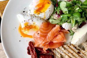 Как правильно сварить яйцо пашот? Вот пошаговая инструкция — и идеи, какие завтраки с ним приготовить
