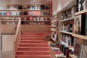 На Мойке открыли магазин «Мост» — с изданиями об искусстве, кафе и выставками. Как книжный запускали в пандемию и что там можно найти