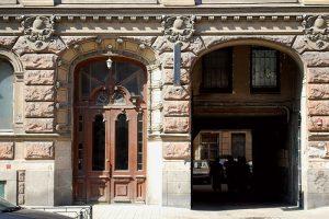 Петербургский реставратор 20 лет фотографирует старинные двери. В его коллекции сотни снимков — по ним восстанавливают дореволюционный облик домов