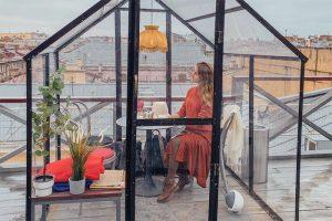 Прозрачные домики на крыше бара «Небо и вино» прозвали «террасой эпохи социальной дистанции». Откуда они взялись и как туда попасть