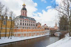 РПЦ хочет забрать у музея городской скульптуры шесть зданий, Благовещенскую церковь уже готовят к передаче. Что известно о споре вокруг Александро-Невской лавры
