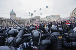 Прокуратура и МВД проведут проверки после случая, когда силовик ногой ударил женщину на митинге в Петербурге