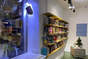 В кластере «Флигель» на Восстания открылся книжный магазин «Перед прочтением сжечь». В него можно зайти с собакой