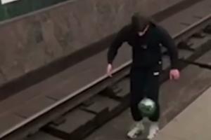 Метрополитен Петербурга хочет наказать мужчину, который жонглировал мячом на путях и танцевал на поезде. Но вход в подземку ему не запретят