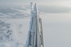 Петербургский фотограф показал покрытую инеем вершину «Лахта Центра» 👀