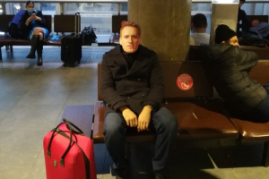 Петербургские активисты побывали в аэропорту Пулково в масках с лицом Навального