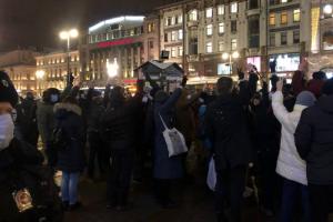Более 40 человек задержали на акции в поддержку Навального у Гостиного двора