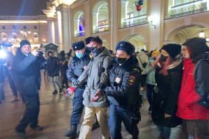 Петербургская полиция обосновала задержание активиста тем, что он «хлопал в ладоши в поддержку Навального»