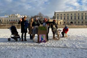 Петербуржцы организовали временное кафе на льду Фонтанки. Официантки развозили кофе на коньках ⛸️