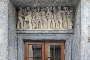Жители «адмиральского дома» на Петроградской за свой счет отреставрировали парадную дверь